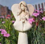 """Anioł z szamotu płukanego """"z kwiatkiem"""" wys. 35cm"""